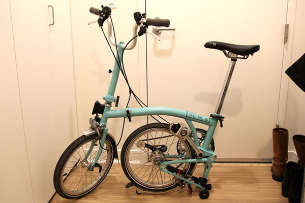 Brompton stands up without the need for kickstand or leaning against an object.