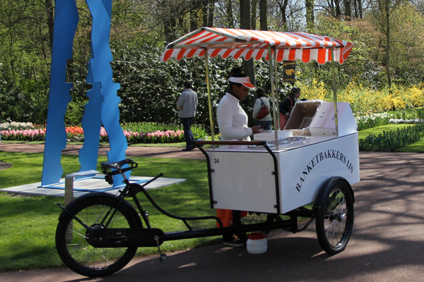 A bike cart in Keukenhof selling delicious hotdogs.