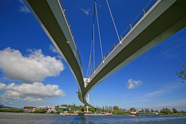 The Amsterdam Nescioburg bicycle bridge is the longest in the Netherlands at 780 meters long. It connects Amsterdam and Diemen.
