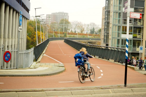 Elevated cycle track leaving Nijmegen train station.